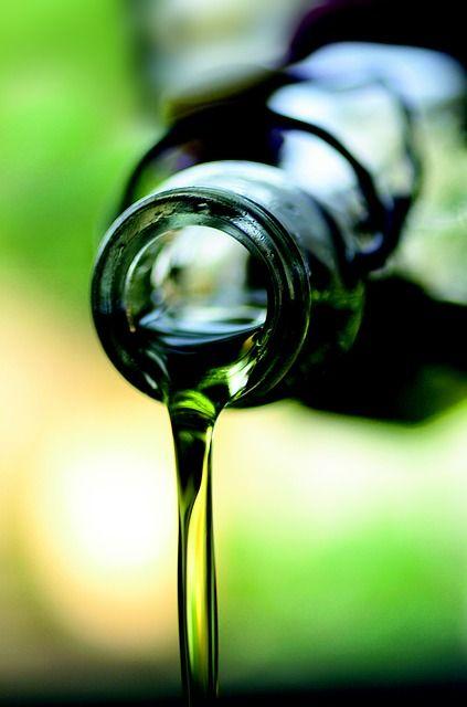 Het reinigen van het gezicht met olie wordt ook wel de Oil Cleansing method (OCM) genoemd. Indiase vrouwen hebben deze methode al eeuwen gebruikt.