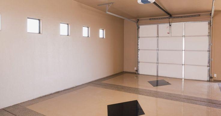 Formas de ventilar uma garagem. As garagens precisam de ventilação adequada para prevenir cheiros bolorentos, crescimento de mofo e acúmulo de gases de gasolina. Aquelas com acabamento de placas de reboco ou painéis carecem de ventilação para permitir o fluxo de ar para armazenar produtos sazonais ou químicos. Já as garagens velhas, sem acabamento, onde os tijolos da construção ...