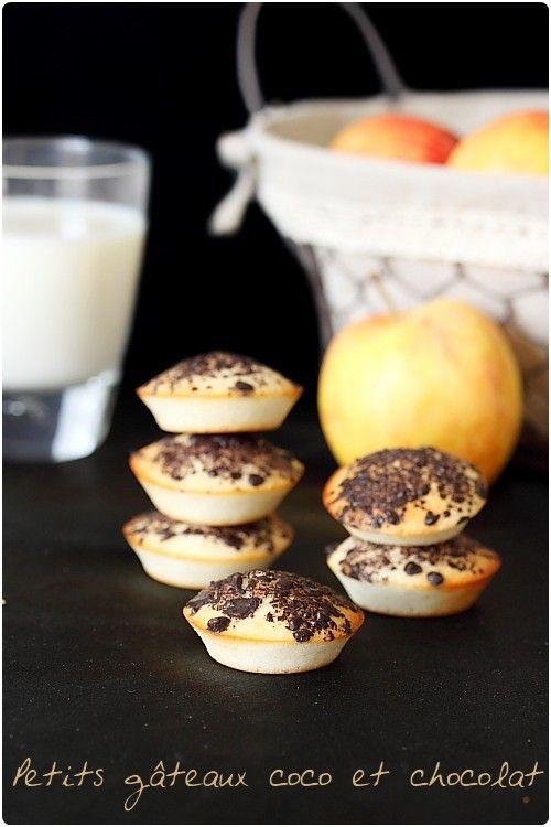 Ces petits gâteaux délicieusement parfumé à la noix de coco et au chocolat sont un régal. Très facile à faire, c'est une recette idéale pour utiliser quelq