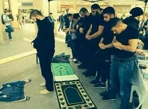 Muslim mens pray