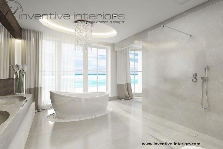 Projekt domu z widokiem Inventive Interiors - sufit i żyrandol nad wanną owalną - wanna z widokiem