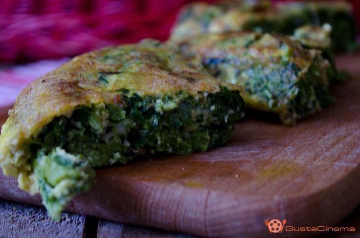 Frittata di broccoli e scamorza è un secondo piatto a base di uova, broccoli e cubetti di scamorza che si sciolgono all'interno.