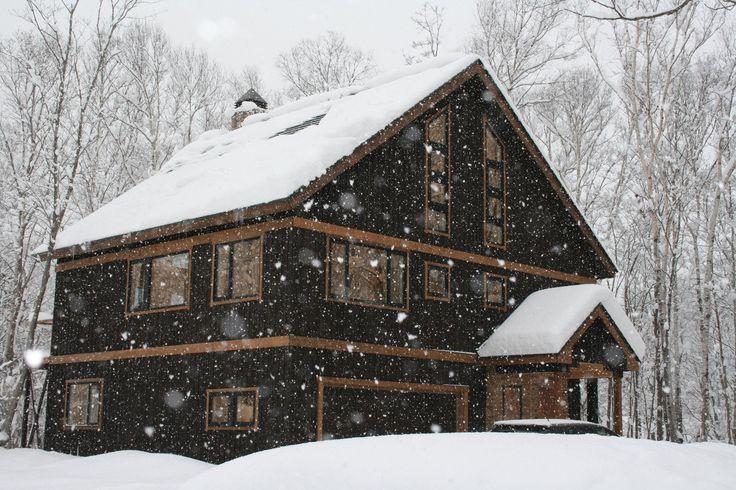 北海道のスキーシャレー  北海道の羊蹄山を眺める4階建てのスキーシャレー。オーストラリア人のオーナーが2007年8月に土地を購入し自ら設計したシャレーは08年9月に完成した。南向き、約278平米で4寝室、2浴室。内装に使われている木材はオーストラリアから輸入した。ニセコ花園リゾートやニセコ東急ゴルフコースも近い。1億2000万円で売り出し中。