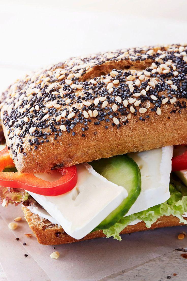 Wer Camembert mag, wird dieses Rezept für Sesam-Mohn-Brötchen mit knackigem Gemüse und Au Bouchon lieben.