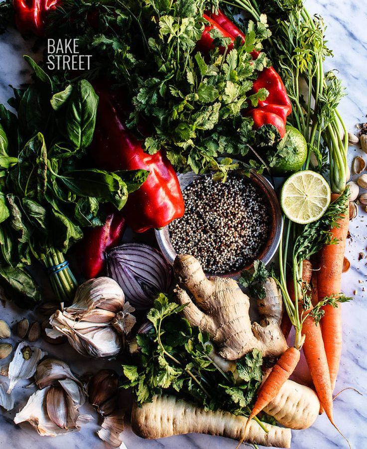 Italienischer roter Pfeffer angefüllt mit tricolor Quinoa mit Gemüse