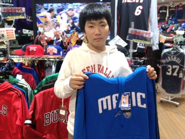 【大阪店】 2012年11月4日 NBAファンのユウキ君!ご購入のオーランド・マジックパーカーで記念写真!