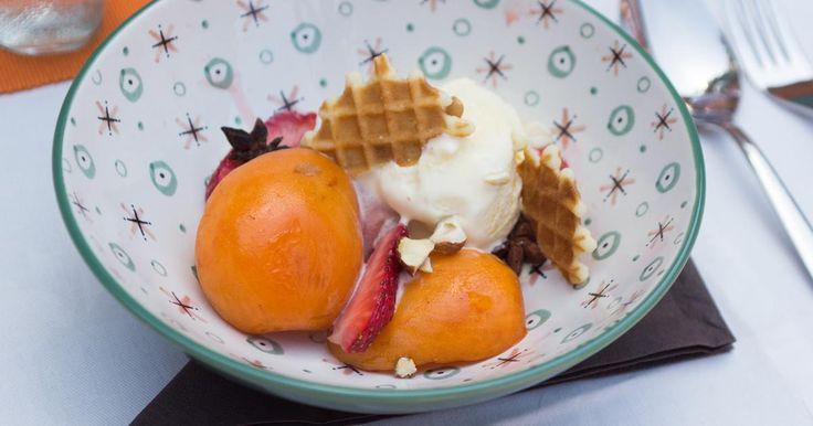 Dessert op de barbecue: papillot van abrikoos en aardbei met vanilleroomijs