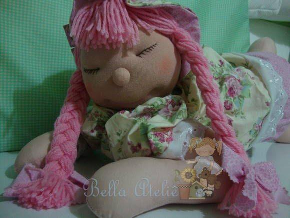 Com esta carinha encantadora, a boneca dorminhoca faz sucesso total. Ela é totalmente artesanal. Corpo e roupas em tecido 100% algodão com enchimento em fibra de silicone. Olhos e boca bordados a mão. Bem macia e fofinha é uma delicia para abraçar. Ideal para decoração de quarto infantil, ma...