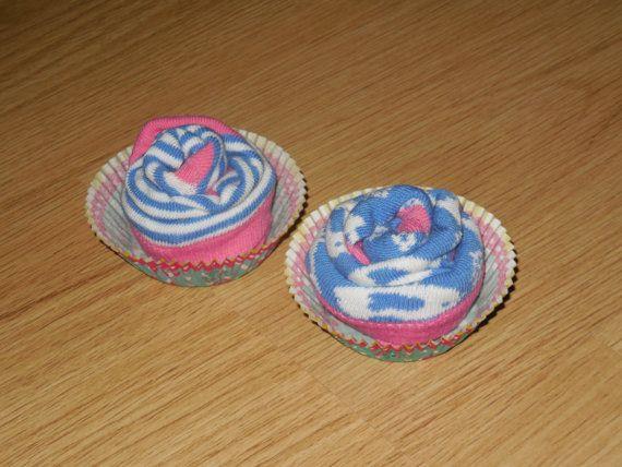 So cute, cupcakes gemaakt van babysokjes. Leuk als kraamcadeautje!  Wil jij deze hebben, ga dan naar de website en ontdek hoe jij ze kunt kopen.