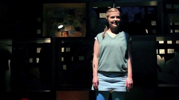 WIR ALLE FÜR IMMER ZUSAMMEN (Trailer) - Schauspiel Essen (Spielzeit 2012/2013)   Filmproduktion Siegersbusch Wuppertal 2012 Es könnte wirklich besser laufen findet die 11-jährige Polleke: Ihre Mutter liebt ausgerechnet den Klassenlehrer ihr Vater Spiek gehört der schwierig zu handhabenden Kategorie UP (unnormaler Papa) an und sie selbst ist verrückt nach dem Marokkaner Mimun. Der kann allerdings nicht länger mit ihr zusammen sein da Polleke Dichterin werden will und seine Kultur das für…