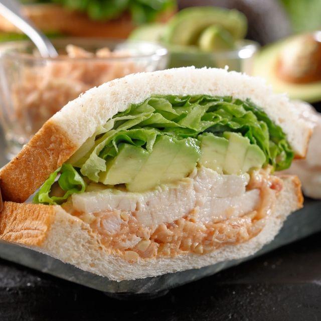 スターバックス コーヒー ジャパンのアボカド&チキンサンドイッチについてご紹介します。
