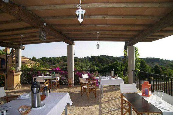 In wunderschöner, ruhiger Landschaft in der Nähe des kleinen Dorfes Son Macia im Osten Mallorcas, zwischen Manacor, Portocolom und Porto Cristo befindet sich das Agroturisme Es Picot. Auf dem 139.000 m2 großen Grundstück fehlt es den Urlaubern an nichts. Die privilegierte Lage des Landhotels ermöglicht es den Gästen, die mediterrane Flora und Fauna Mallorcas hautnah zu erleben und das Mittelmeerklima ausgiebig zu genießen.