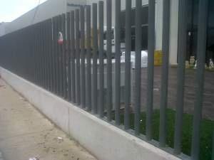 Verja empalizada de tubos: precio 166€ ml www.vinuesavallasycercados.com