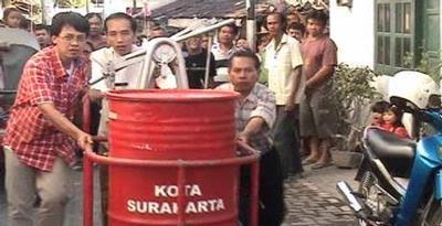 """Jokowi menjajal alat pemadam kebakaran """"pawang geni"""" bersama warga"""