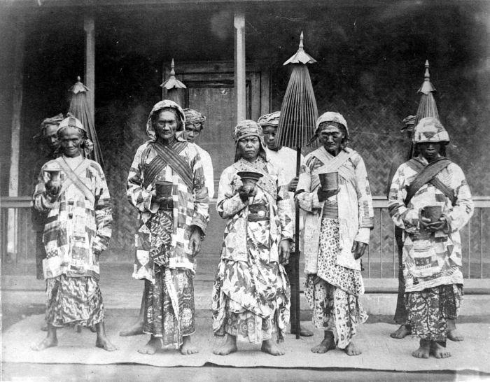 Priesters uit het Tengger district, Oost-Java . TROPENMUSEUM