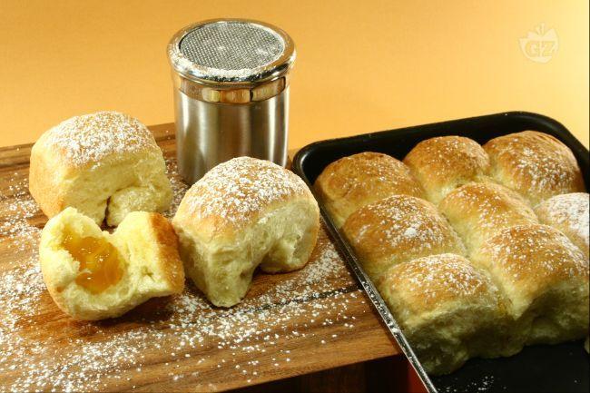 I buchteln sono dei dolcetti tirolesi a base di pasta lievitata ripieni di marmellata di albicocche che vengono spennellati di burro fuso, cotti al forno e poi spolverizzati di zucchero a velo.