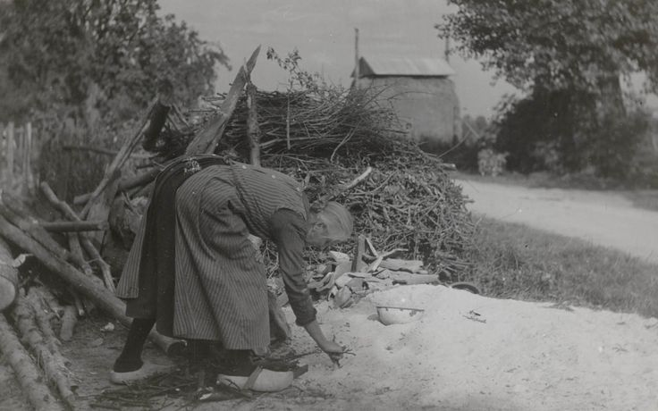 Harmpje Gelderman uit Veessen in Veluwse dracht, 1945 Harmpje Gelderman uit Veessen in Veluwse streekdracht. Harmpje is gekleed in de daagse dracht. Ze is blootshoofds, draagt een lang schort en klompen. #Gelderland #Veluwe #nieuwedracht
