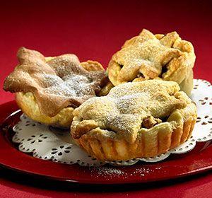Taateli-valkosuklaiset joulutortut leivoksina Torttu- tai Voitaikinaleivos kätkee sisäänsä taateli-valkosuklaatäytteen, taikinakuori Pipari- tai Kauramurotaikinasta #joulu