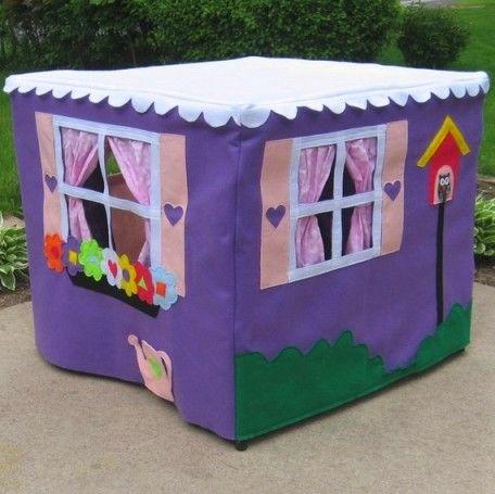 Игровой домик для ребенка из ткани, который представляет из себя накидку на небольшой квадратный столик, можно сделать очень красочным. Пришить к стенкам кармашки, в которые можно складывать игрушки. Аппликации цветов на одной из стенок объемные и ребенку очень интересно их потрогать. Ягоды на одном из кустов можно сделать съемными на липучках.