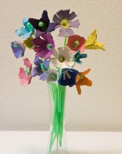 sanat etkinliği yumurta kutularından çiçek buketi