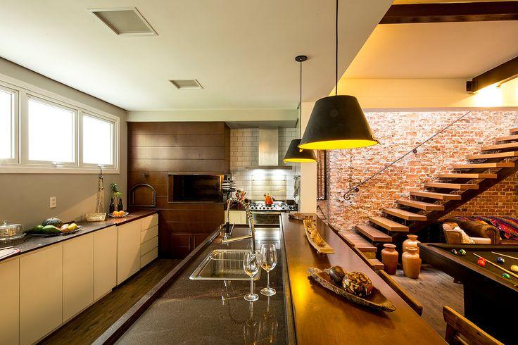 Casa América | Cozinha integrada ao jantar com mesa de sinuca| Iluminação  |Projeto: América Arquitetura | Foto: César Vieira