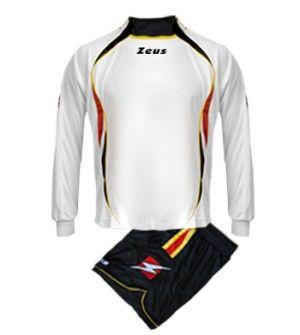 Fehér-Fekete-Piros-Sárga Zeus Mercurio Focimez egyedi, rövid ujjú mezzé alakítható, modern, határozott megjelenésű focimez szett. Szemből dupla mezhatás érvényesül, az érdekesen érkező gallér miatt, nadrágja elöl rövidebb, így még kényelmesebb a Mercurio focimez szett. Utánpótlás számára is, impozáns, tartós választás. Fehér-Fekete-Piros-Sárga Zeus Mercurio Focimez 6 méretben és további 10 színkombinációban érhető el.