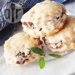 Фото рецепта: Быстрые сметанные булочки с изюмом и корицей