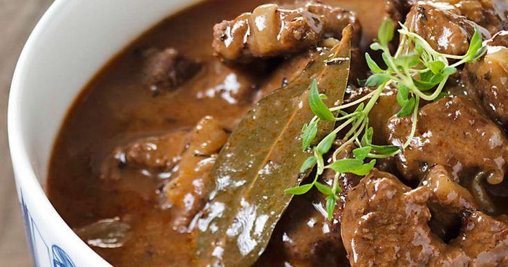 Ota liha huoneenlämpöön noin tunti ennen ruoanvalmistusta. Leikkaa paisti kuutioiksi ja kuorittu sipuli kapeiksi lohkoiksi.