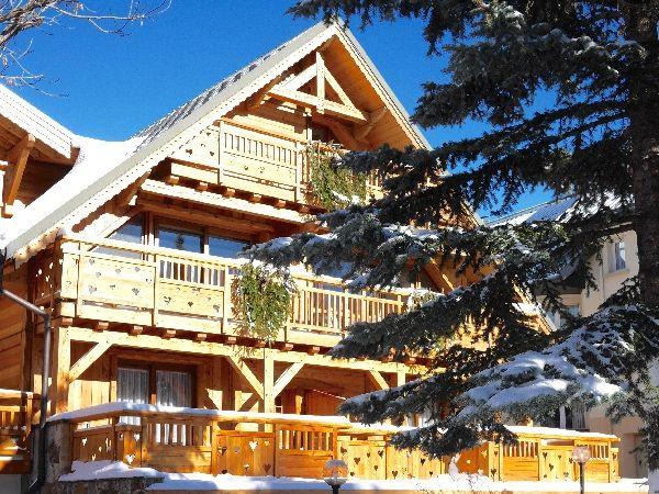 Un chalet emblématique de la station des deux alpes qui habrite un bel hotel : le chalet mounier les  alpes hotel 4 étoiles clemaroundthecorner.com