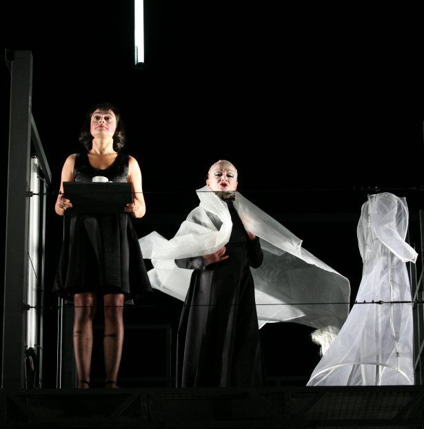 Les bonnes, une pièce de Jean Genet, mise en scène par Jacques Vincey au théâtre de l'Athénée du 13 janvier au 4 février 2012.