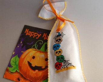Pronto alla spedizione, sacchettino decorativo per festa halloween, fattoin Italia, fatto a mano, teschi colorati, ragno e ragnatela, regalo