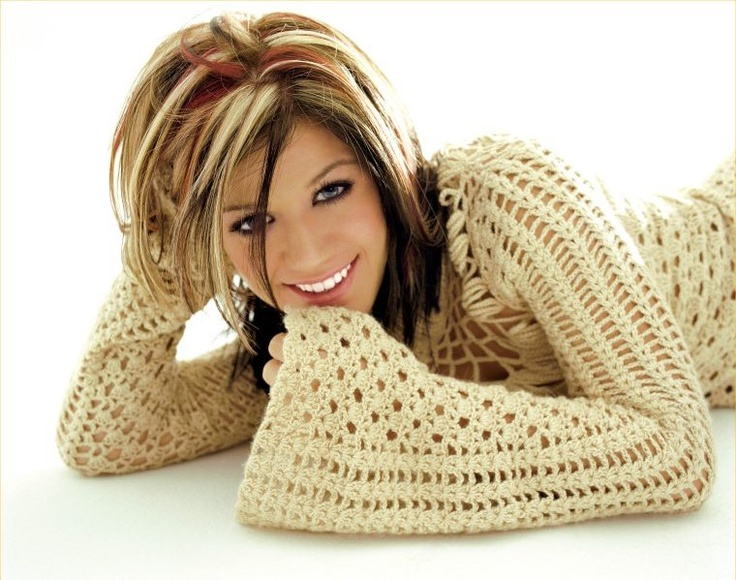 kelly clarkson...... Love her hair in this :)