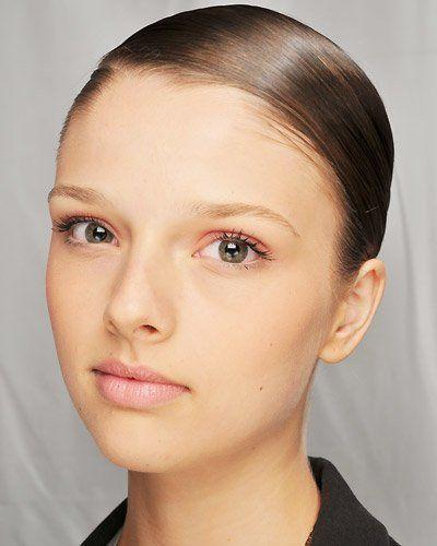Bei diesem Braut Make-up sind die schwarz getuschen Wimpern prägnant, zusätzlich werden die Augen mit einem leicht rötlichen Lidschatten betont. Die Lippen werden lediglich durch einen natürlichen Konturenstift betont.