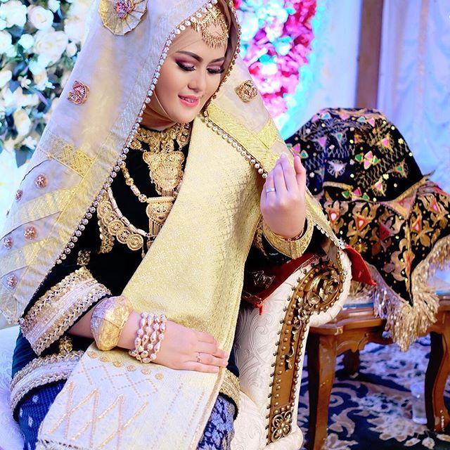 Happy Engagement @adlinanofiani ❣ Decor & Attire by @putisarahwedding Make Up by @rsadiah75 #pelaminanpadang #pelaminannasional #weddingorganizer #bajukurung #minang #adat #wedding #sunting #makeupartist #tradisional #kotogadang #minangwedding #malambainai #akadnikah #bagonjong #pelaminanbagonjong #putisarah #weddingku #bridedept #moslembride #solokbride #kotogadang #decor