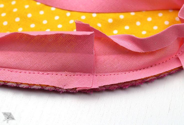 Klingt nach einer schrägen Angelegenheit oder? Seine Schräge erhält das Schrägband durch den Winkel indem es aus Stoff zugeschnitten wurde, nämlich im schrägen Fadenlauf.  Ein schräger Zuschnitt gibt dem Schrägstreifen Flexibilität,...