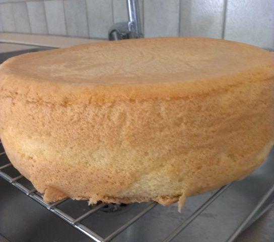 Il pan di Spagna senza lievito è un classico della pasticceria italiana. Nella ricetta troverete tutte le indicazioni per preparare il pan di Spagna, in maniera semplice e super dettagliata! Ecco come preparare la base principale delle vostre torte!