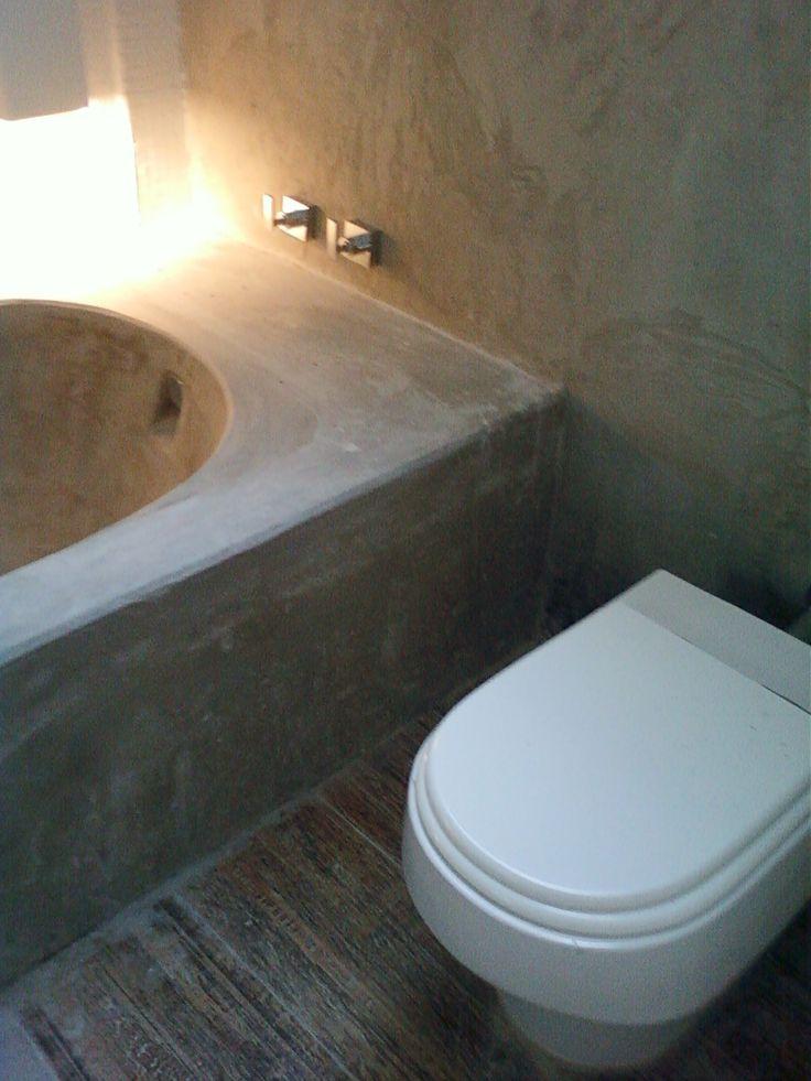 cimento queimado, porcelanato e pastilhas brancas  projeto Margareth Maria  -> Banheiro Com Banheira De Cimento