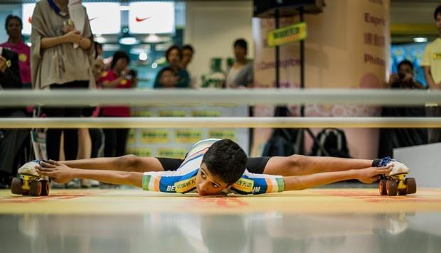Rohan Ajit Kokane passou de patins por baixo de um obstáculo colocado a apenas 17,14 centímetros acima do chão (Foto: Philippe Lopez/AFP)