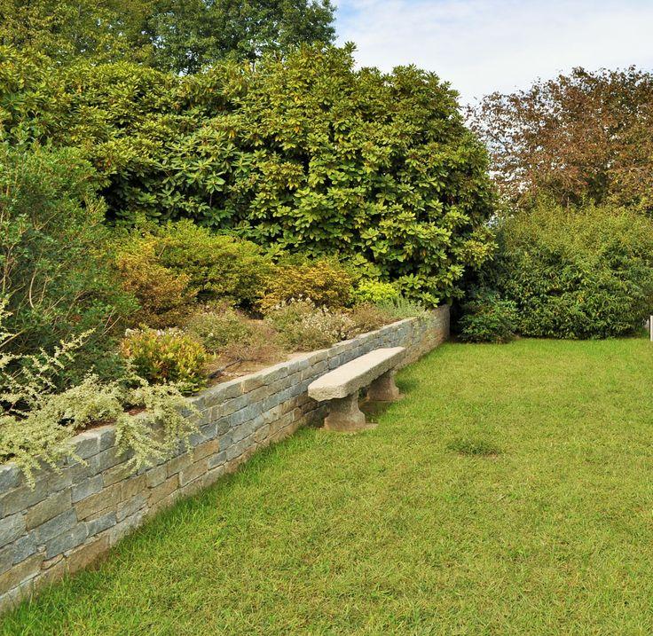 panchina e muretto in pietra