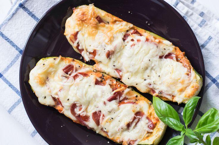 Diese Low Carb Zucchini Schiffchen sind einfach unglaublich lecker und der perfekte Snack für abends auf dem Sofa. Vorsicht Suchtgefahr!