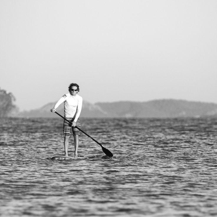 Sup-lautailu on hyvin suosittua maailmalla ja myös Suomessa. Sup-lauta muistuttaa surffilautaa ja sitä liikutetaan melan avulla. Sup-lauta on tukevaa tekoa ja sen päällä on helppo pysyä. Osallistujat voivat meloa rauhakseen upeista maisemista nauttien tai suppailun voi ottaa enemmän urheilun ja treenin kannalta lisäämällä vauhtia ja tehoja vetoihin. Upeaa kesätekemistä kaiken ikäisille vedessä liikkumisesta pitäville! Suppailla voi niin tyynellä kuin tuulisemmallakin kelillä.