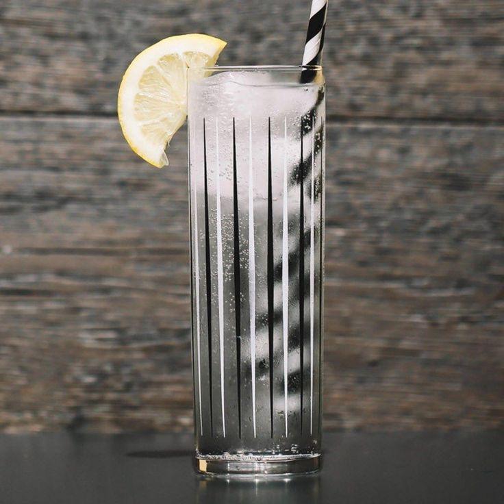 Vamos a preparar un refrescante Vodka & Soda! Necesitaremos: -60ml Vodka -Soda -Zumo de 1 limón -Hielo  En un vaso Collins agregamos el hielo la vodka la soda y el limón. Removemos cuidadosamente y listo! Puedes decorarlo con una medialuna o cáscara de limón. (Foto y receta de @liquordotcom) - - - - - #Cocktails #Cócteles #Receta #Recipe #Vodka #Limón #Lemon #Lime #Soda #Cheers #Salud #Drink #Bebida
