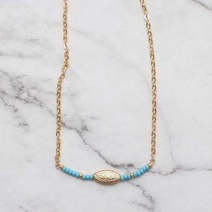 Unikt guldfärgat halsband med turkosa och guldiga pärlor. Justerbar kedja. 7:- i frakt tillkommer.