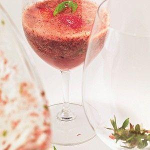 Суп из клубники, перечной мяты, зеленого базилика и белого игристого вина рецепт – супы. «Афиша-Еда»
