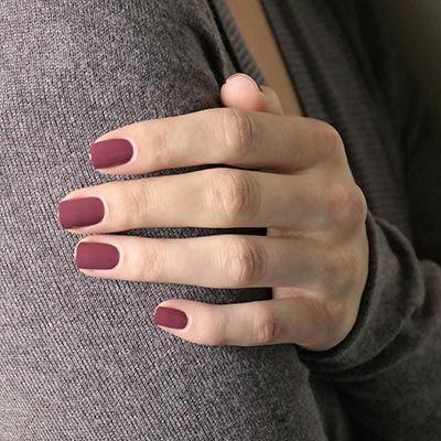 Wie der kuscheligste Lieblingssweater. Einmal auf den Nägeln, möchte man diesen cremig deckenden Nagellack in dunklem, unergründlichem Mauve am liebsten nie wieder ablegen.