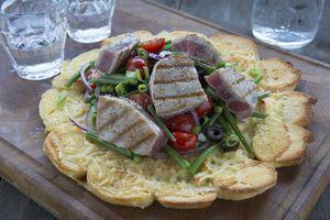 salade nicoise op taartbodem van stokbrood - Brood.net