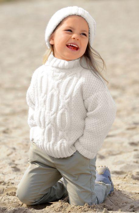 Белый пуловер и шапочка для девочки