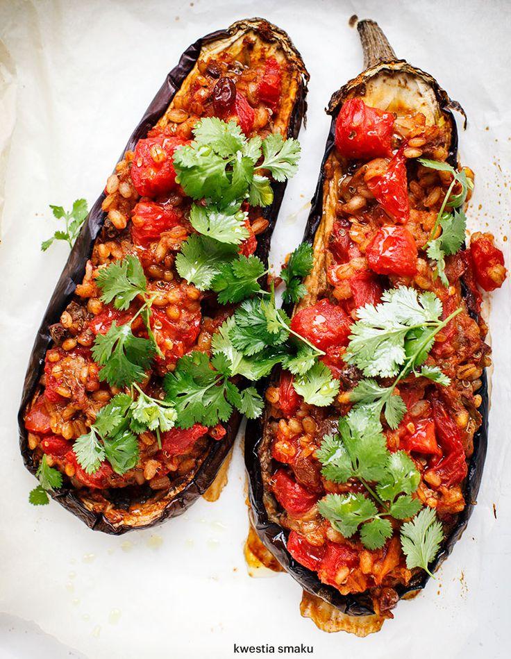 Zapiekany bakłażan faszerowany kaszą pęczak i pomidorami