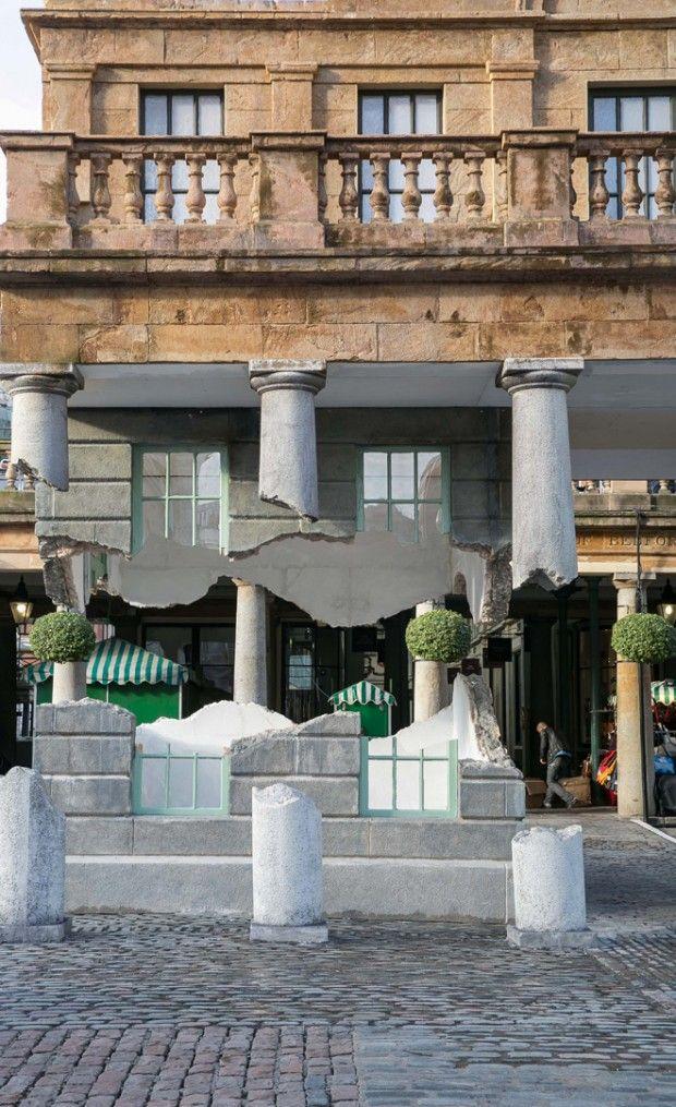Cette installation qui porte le nom de « Take my lightning but don't steal my thunder » est une oeuvre monumentale qui mixe art contemporain et architecture. Nous devons cette installation au jeune artiste britannique Alex Chinneck (voir d'autres oeuvres) et à son équipe.  L'idée est de transformer une partie d'un bâtiment de Covent Garden à Londres en une structure architecturale qui flotte dans les airs. Une oeuvre accessible et visuelle que vous pouvez voir sur la Piazza Est de Covent…