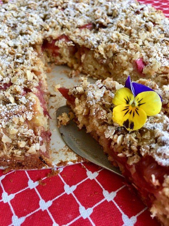 Schwedischer Rhabarberkuchen mit Haferflocken-Streuseln